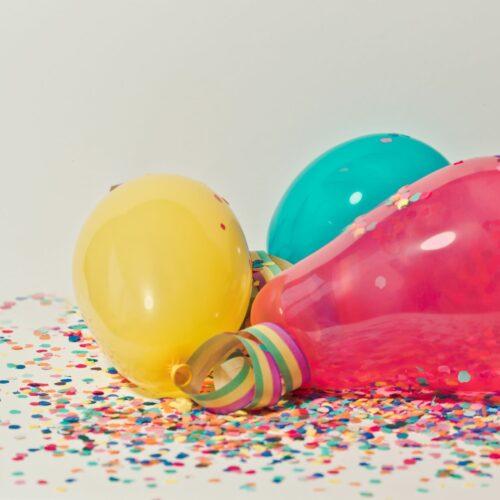 gele, blauwe en roze ballon met confetti