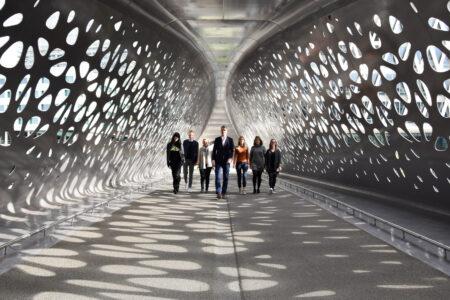 Teamfoto onder brug ver