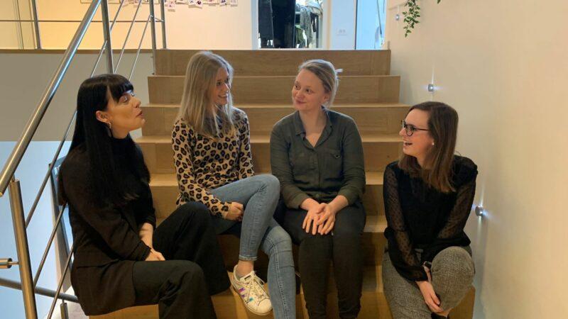 4 dames op trap