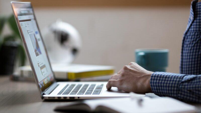 persoon aan het werken op laptop