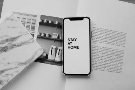 smartphone op een open boek