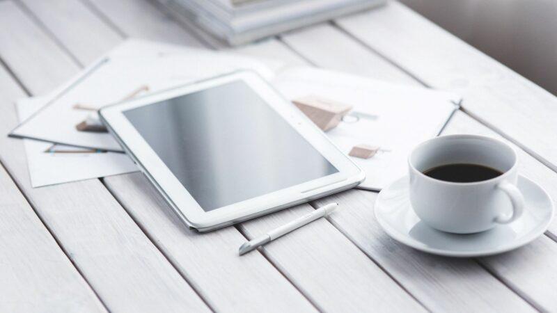 tablet met koffie naast